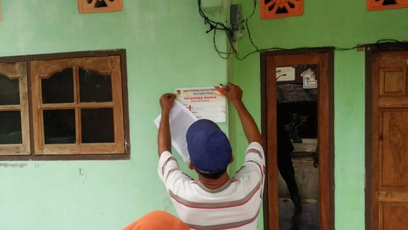 Dinas sosial tebing tinggi - Penempelan stiker keluarga miskin di rumah warga keluarga penerima manfaat